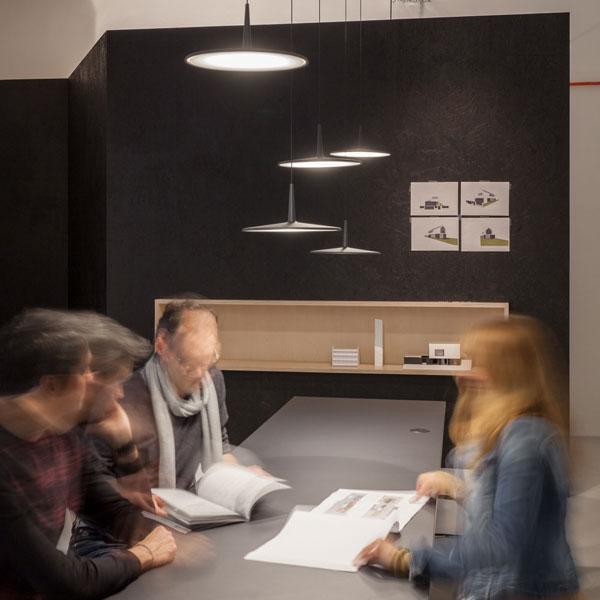 Arbeitsbeleuchtung bei Architekt Gregor und Sebastian - Vibia Hängeleuchte Skan gibt homogenes Licht
