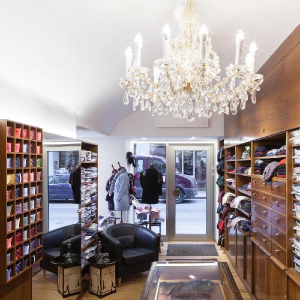Gediegene Shop-Atmosphäre mit Kristall-Luster und modernen LED Profilen